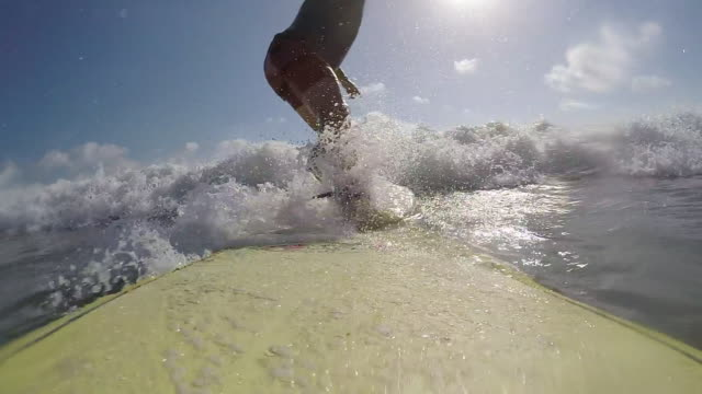 vídeos y material grabado en eventos de stock de pov of a surfer surfing waves on his surfboard. - bañador de natación