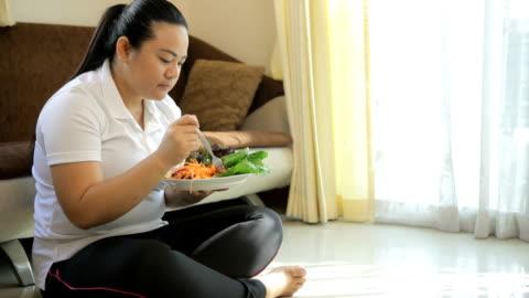 vídeos y material grabado en eventos de stock de grasa mujer comiendo ensalada de - grasa nutriente