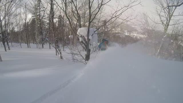 vídeos de stock e filmes b-roll de pov of a young man skier skiing on a snow covered mountain. - slow motion - bastão de esqui