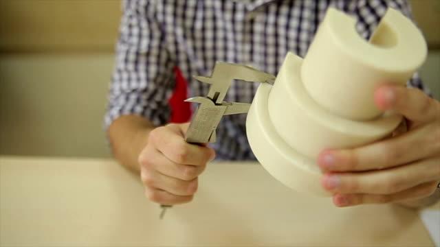 en ung maskiningenjör mäter maskinelement - teknisk högskola bildbanksvideor och videomaterial från bakom kulisserna