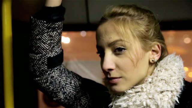 eine junge frau ist mit verkehrsmitteln fahren. - trolleybus stock-videos und b-roll-filmmaterial