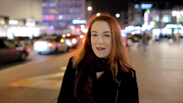 vídeos de stock e filmes b-roll de a young woman with red hair  gives an interview on the street - reportagem imagem