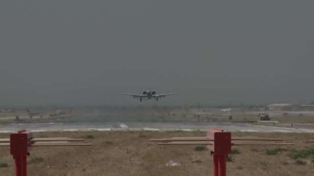 stockvideo's en b-roll-footage met a10s takeoff land at bagram airfield afghanistan - bagram air base