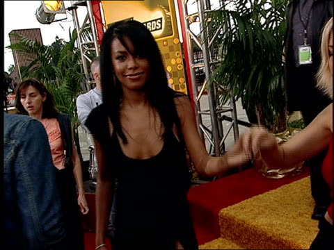 stockvideo's en b-roll-footage met aaliyah arriving on the red carpet at the 2001 mtv movie awards - 2001