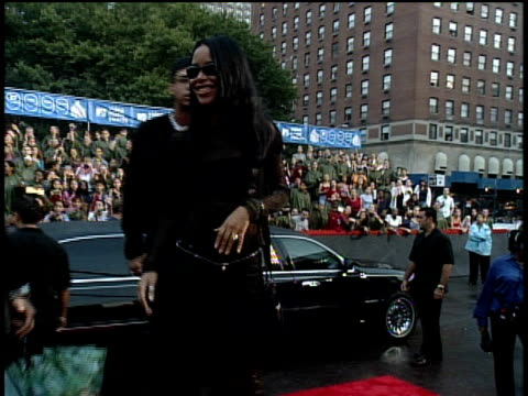 vídeos de stock e filmes b-roll de aaliyah arriving to the 1999 mtv video music awards red carpet - 1999