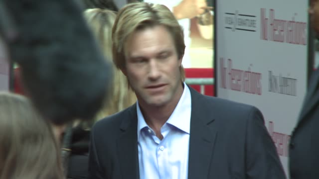 aaron eckhart at the 'no reservations' new york premiere at the ziegfeld theatre in new york new york on july 25 2007 - aaron eckhart stock videos & royalty-free footage