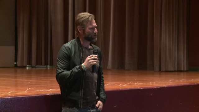 stockvideo's en b-roll-footage met speech aaron eckhart jokes to the military members in the audience about how they probably critique how actors depict the military in movies and says... - first line of defense filmtitel