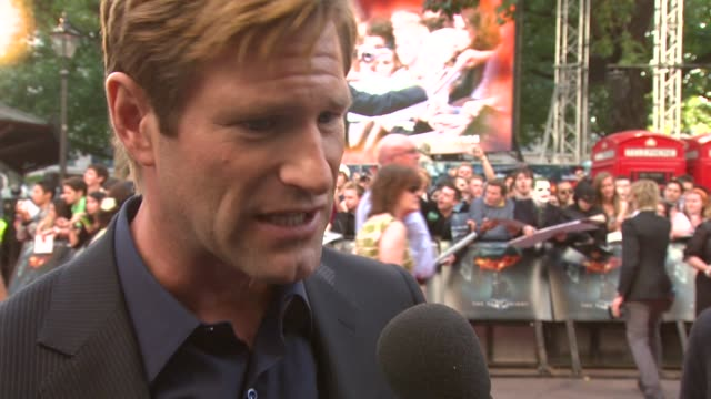 aaron eckhart on his fan club at premiere on the style of the film on heath ledger being scary and on having a dark side at the the dark knight... - aaron eckhart stock videos & royalty-free footage