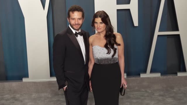 vídeos de stock e filmes b-roll de aaron lohr and idina menzel at vanity fair oscar party at wallis annenberg center for the performing arts on february 09, 2020 in beverly hills,... - vanity fair oscar party