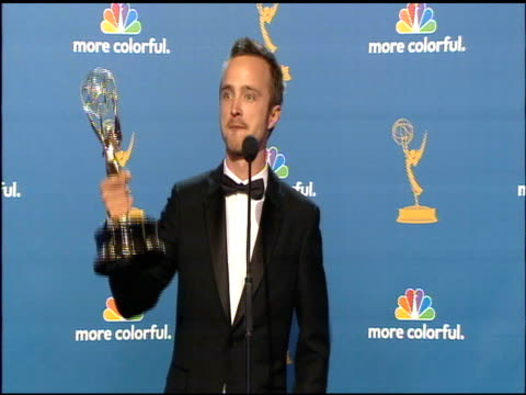 vídeos de stock, filmes e b-roll de aaron paul at the 62nd primetime emmy awards press room at los angeles ca - 2010