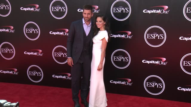 vídeos y material grabado en eventos de stock de aaron rodgers and olivia munn at the 2016 espy awards at microsoft theater on july 13 2016 in los angeles california - premios espy