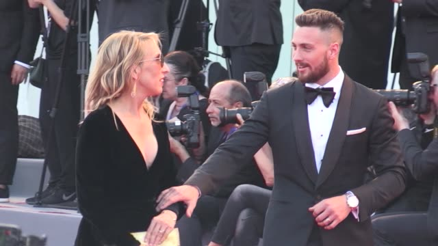 vídeos de stock, filmes e b-roll de aaron taylorjohnson and his wife sam taylor wood on the red carpet for the premiere of nocturnal animals by tom ford at the venice biennale film... - tom ford