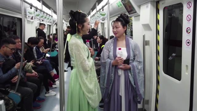 CHN: Jovenes chinos ponen de moda el hanfu el traje tradicional