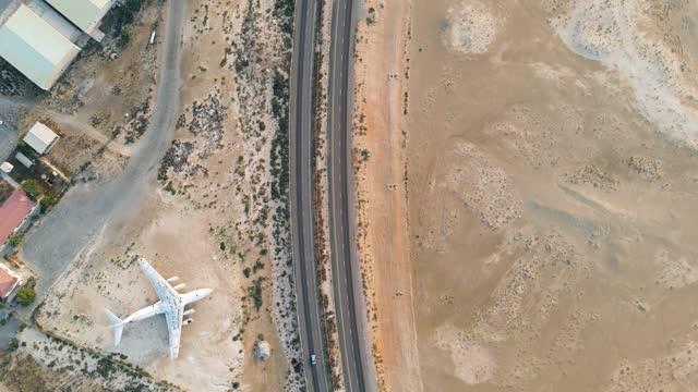 verlassenes flugzeug auf der autobahn in der wüste um umm al quwain emirat der vereinigten arabischen emirate luftbild - gestrandet stock-videos und b-roll-filmmaterial