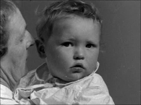 vídeos y material grabado en eventos de stock de abandoned baby boy at st margaret's hospital in london england london kentish town margaret's hospital int close shot abandoned baby leonard thompson... - kentish town