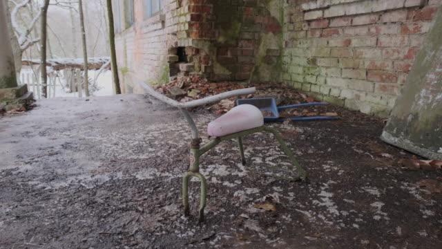 vídeos de stock e filmes b-roll de abandoned bicycle - ausência