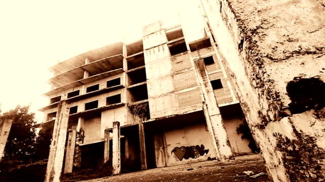 vídeos de stock e filmes b-roll de abandonado edifício em chiangmai tailândia - mansão imponente