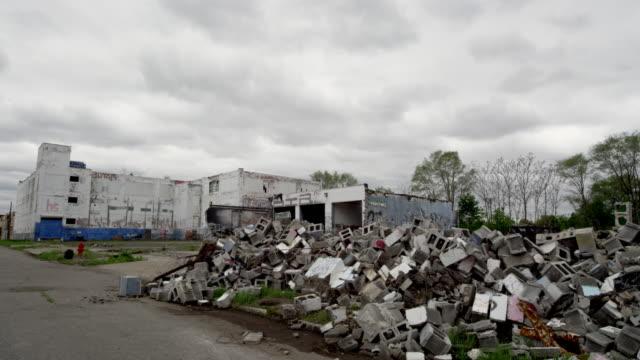 vidéos et rushes de abandoned building in detroit and rubble   - délabré