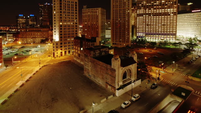 abandoned building in detroit downtown on monroe street. time lapse at night form above. cadillac tower in background. zoom in - spoonfilm stock-videos und b-roll-filmmaterial