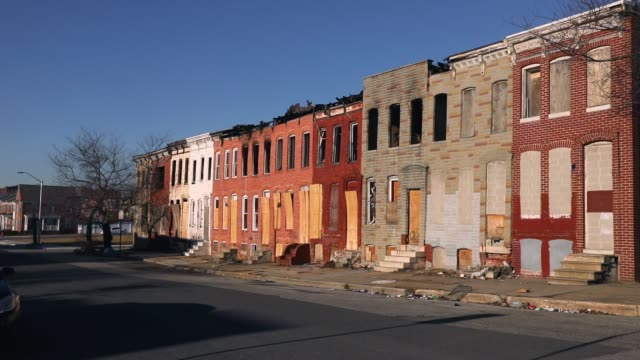 stockvideo's en b-roll-footage met abandoned buildings stand in a neighborhood with a high murder rate on february 3 2018 in baltimore maryland baltimore one of the poorest major... - maryland staat