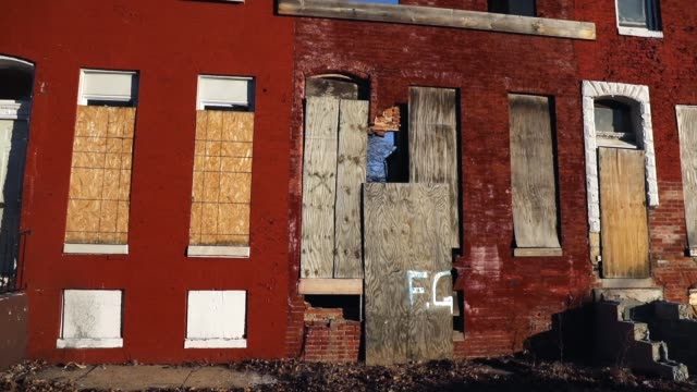 abandoned buildings stand in a neighborhood with a high murder rate on february 3 2018 in baltimore maryland baltimore one of the poorest major... - baltimore maryland bildbanksvideor och videomaterial från bakom kulisserna