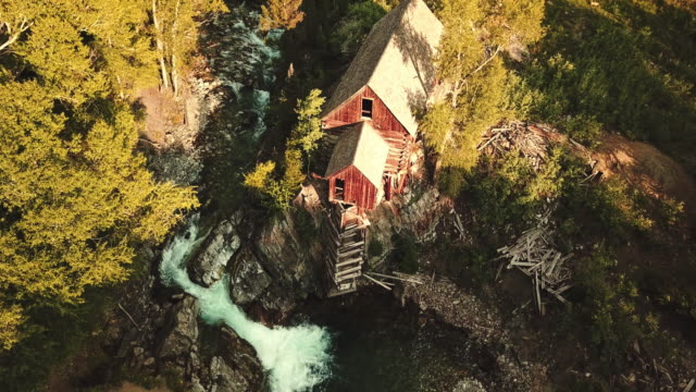 コロラド州の滝が付いている放棄された小屋 - サウナ点の映像素材/bロール