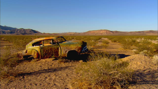 ws, abandoned car on desert near jackass, nevada, usa - ネバダ州点の映像素材/bロール