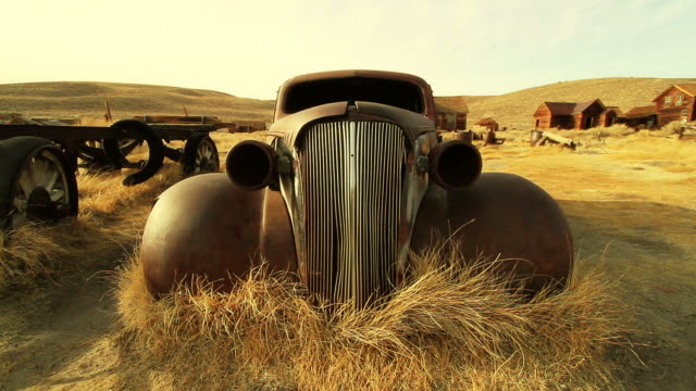 vídeos de stock, filmes e b-roll de abandonado car - hot rod