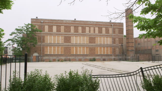 stockvideo's en b-roll-footage met ws pan abandoned elementary school and parking lot - school building