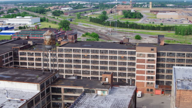 abandoned factory detroit aerial - condizione negativa video stock e b–roll