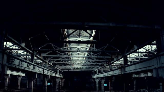 verlassene fabrik - halle gebäude stock-videos und b-roll-filmmaterial