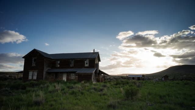 vídeos de stock e filmes b-roll de abandoned farmhouse. time-lapse through oregon - casa de quinta