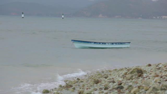 vídeos y material grabado en eventos de stock de abandoned fishing boat in water - balancearse
