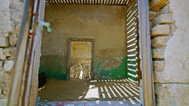 ms verlassenes haus gefüllt mit wüstensand, namibia,afrika - naturwunder stock-videos und b-roll-filmmaterial