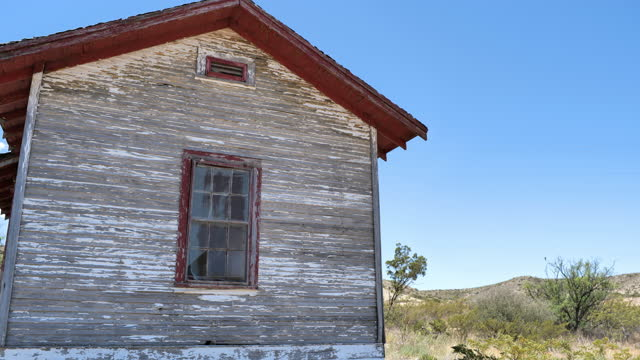 abandoned house in the desert - farmhouse stock videos & royalty-free footage
