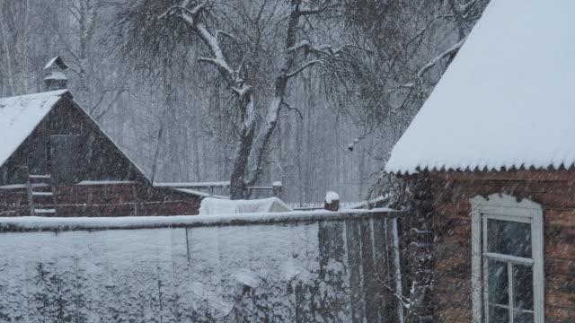 Verlassenes Haus unter Schneefall