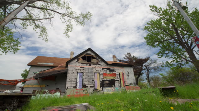 abandoned house with graffitti in detroit time lapse - ruine stock-videos und b-roll-filmmaterial
