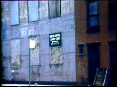 abandoned inner city factory/ real estate sign on inner city factory/ usa/ audio - 不動産の看板点の映像素材/bロール