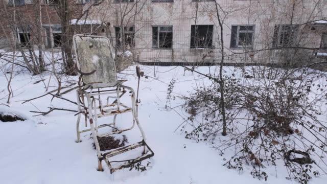 stockvideo's en b-roll-footage met verlaten medische stijgbeugels in medische kliniek, pripyat city - kernramp van tsjernobyl