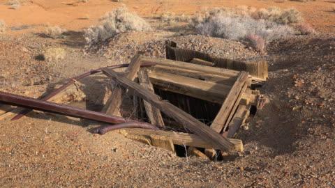 vídeos y material grabado en eventos de stock de abandoned mine shaft in the gold rush town of randsburg, california a living ghost town - deteriorado viejo