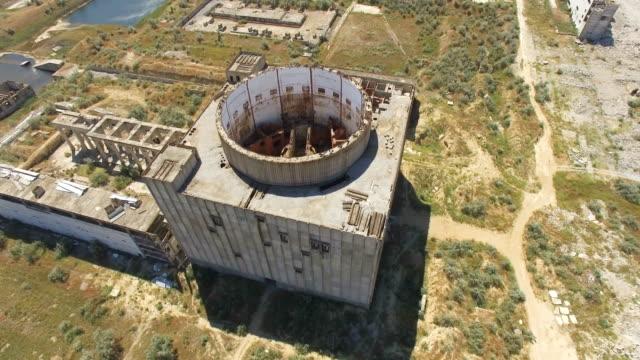 航空写真: 放棄された原子力発電所 - クワッドコプター点の映像素材/bロール