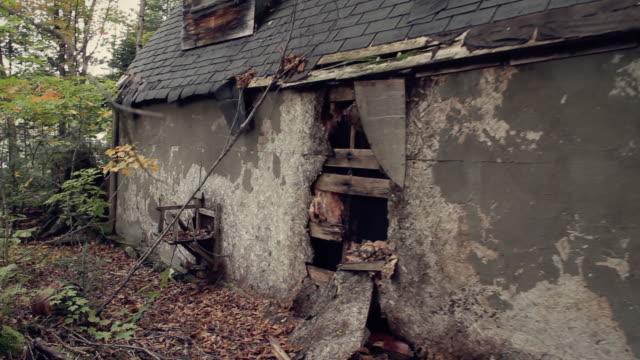 見捨てられた旧小屋バック - 掘建て小屋点の映像素材/bロール