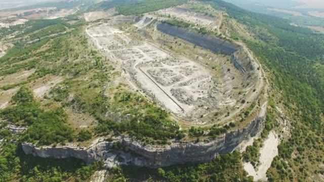 vidéos et rushes de antenne: abandonné ancienne carrière de pierre dans la montagne - grès