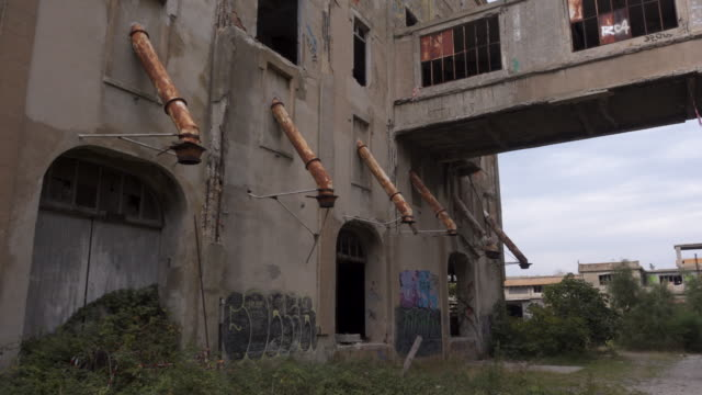 abandoned place / lost place rice factory tracking shot external - 打ち捨てられた点の映像素材/bロール