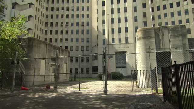 vidéos et rushes de abandoned rev. c. avery alexander charity hospital of louisiana surrounded by gated fence / new orleans, louisiana, united states - a l'abandon