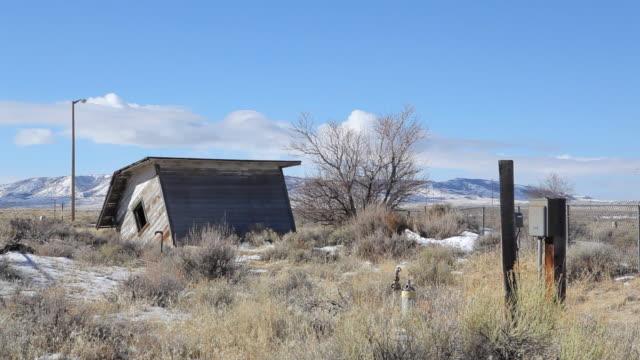 たフィールドの小屋 - 掘建て小屋点の映像素材/bロール