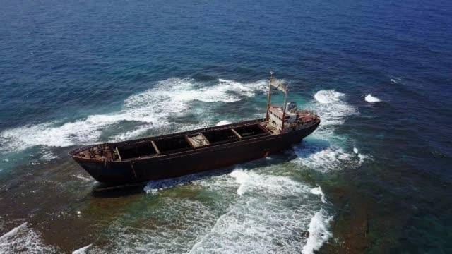 stockvideo's en b-roll-footage met verlaten schipbreuk op het rif in de middellandse zee - scheepswrak