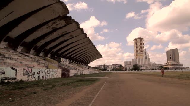 vidéos et rushes de abandoned soccer pitch in havana cuba - a l'abandon
