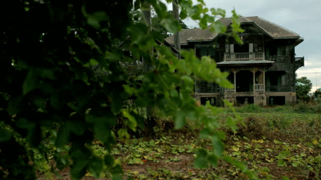 stockvideo's en b-roll-footage met abandoned spooky wooden house - landhuis