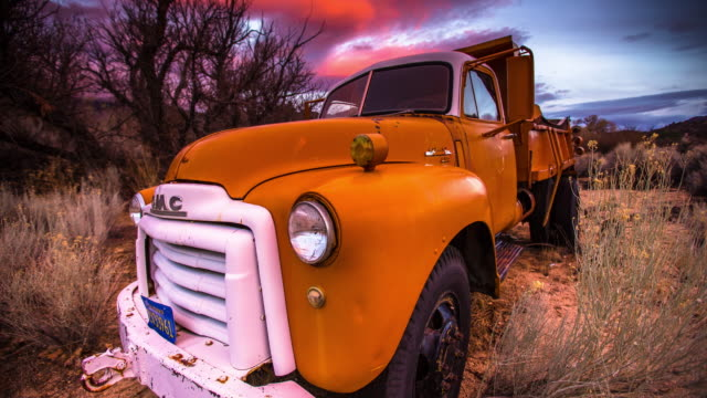 vídeos de stock e filmes b-roll de abandoned truck in wilderness - time lapse - ágata